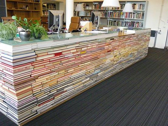 Уникальный рабочий стол из книг и стеклянных панелей.