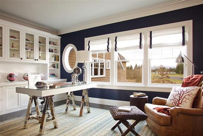 Элегантный домашний офис в белых и темно-синих цветах.