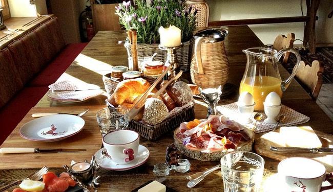 Традиционная швейцарская кухня в столовой отеля.