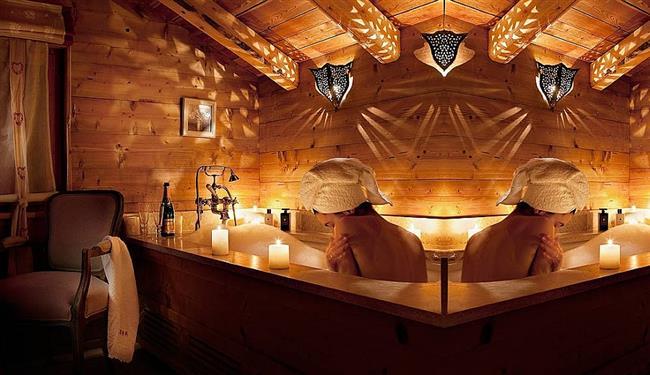 Ванная комната с уникальными светильниками.