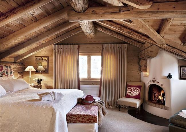 Просторная спальня в чердачном помещении.