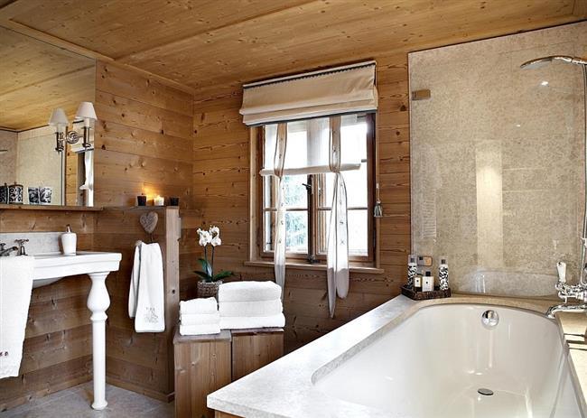 Деревянные панели на стенах ванной комнаты.