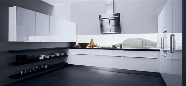 Стильная вытяжка необычной конструкции в итальянской кухне.