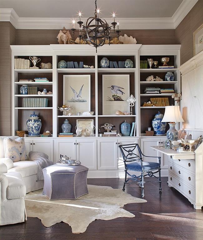 Элегантный домашний офис в белых и голубых тонах.