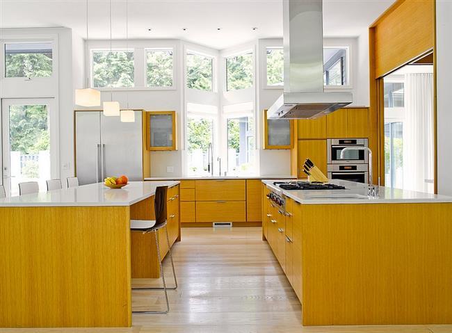 Современная кухонная мебель желтого цвета.