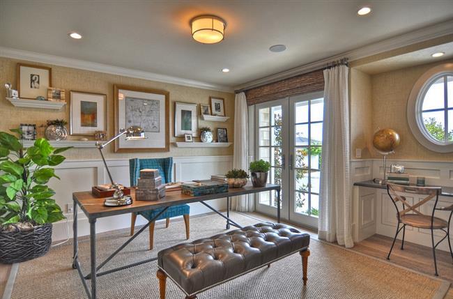Стильный домашний кабинет с комнатными растениями.