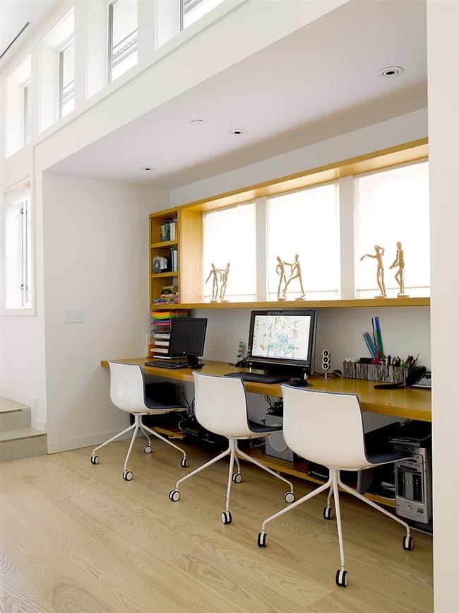 Уютный домашний кабинет частного дома.