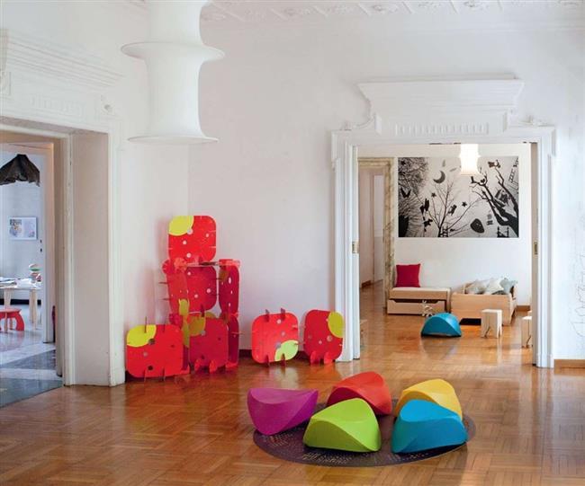 Экологически чистые стулья Hut-Hut Kids в интерьере гостиной.