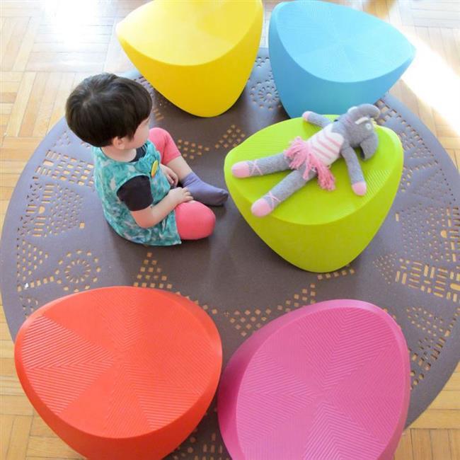 Разноцветные деревянные стулья из коллекции Hut-Hut Kids.