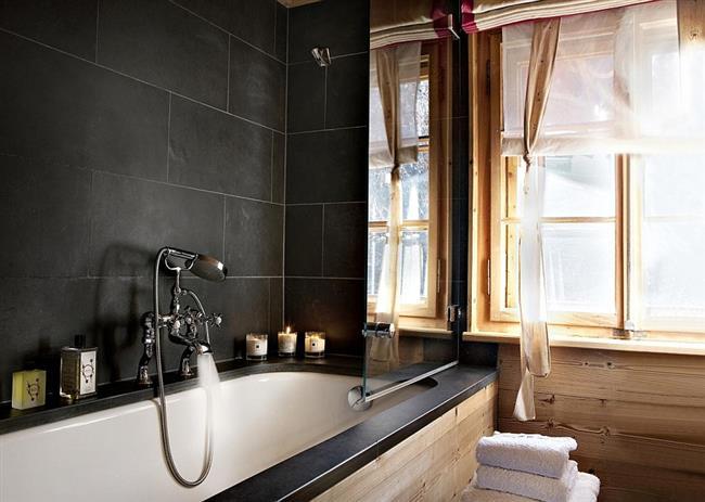 Небольшая современная ванная комната.