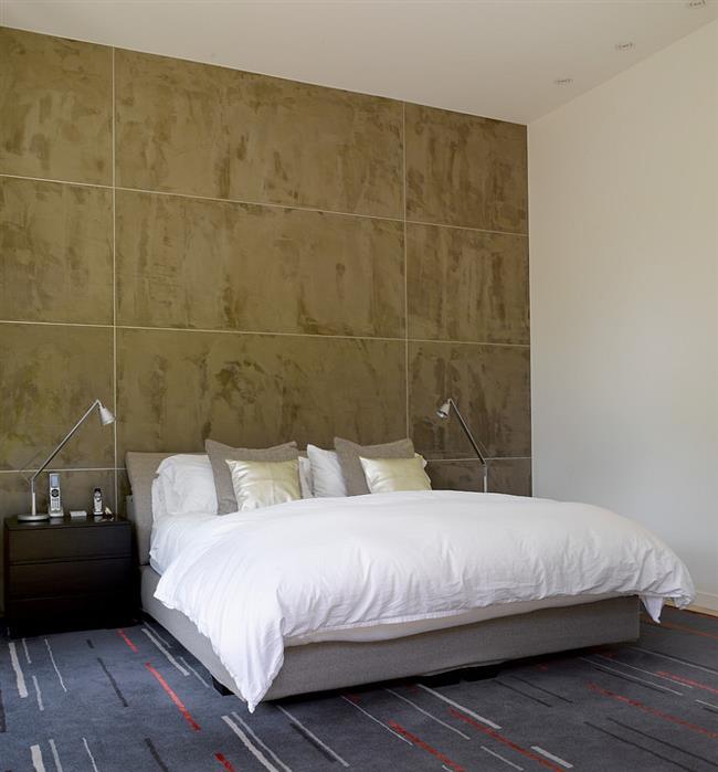 Просторная спальня в минималистическом стиле.