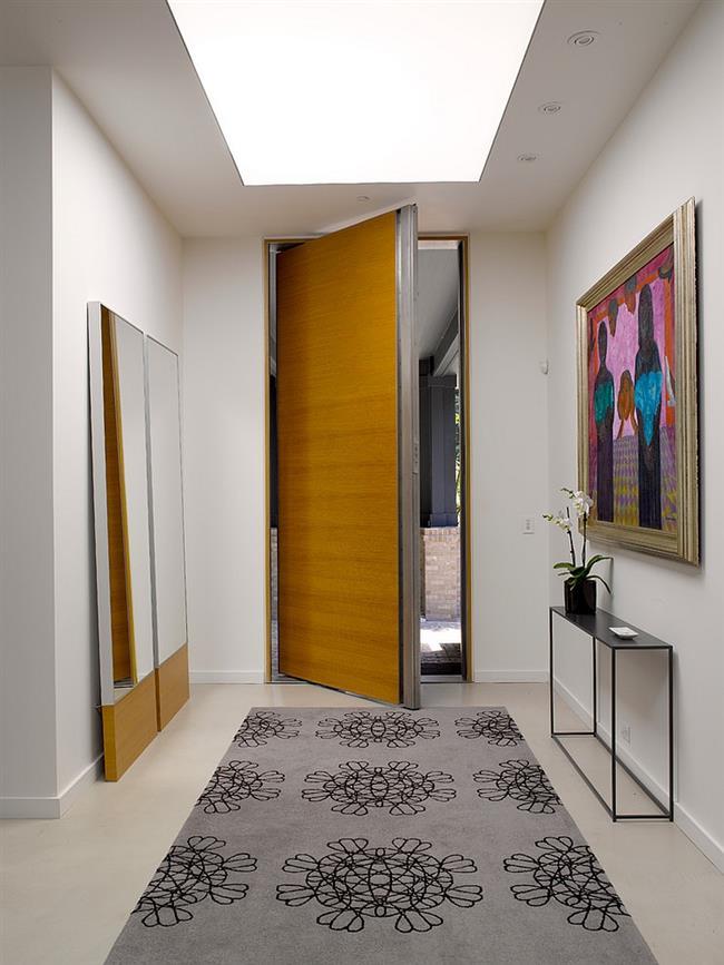 Просторный холл дома в минималистическом стиле.
