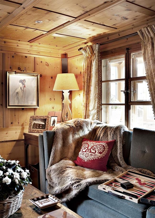 Комфортная гостиная с мягкими подушками и меховыми накидками.
