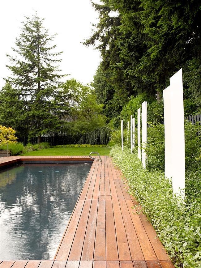 Стильный внешний бассейн в частном доме.