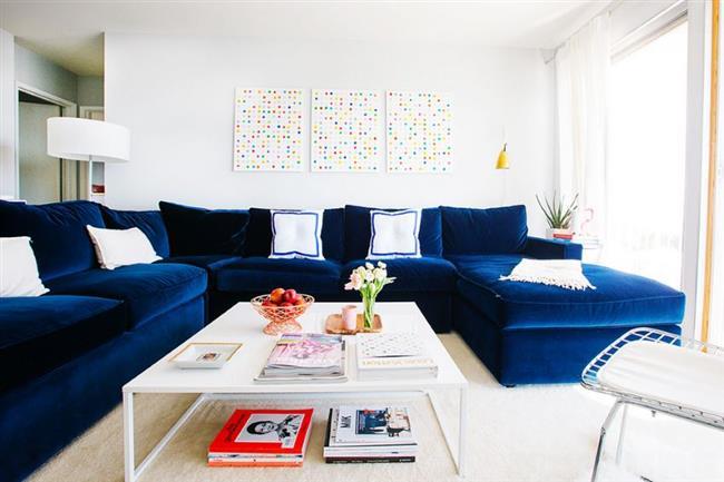 Комфортный секционный диван ярко-синего цвета.