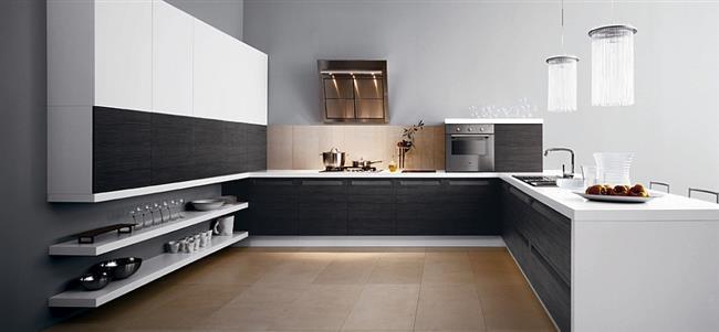 Эргономичная кухонная мебель из темно-серого дерева.