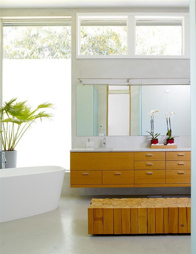 Современная деревянная мебель уютной ванной.