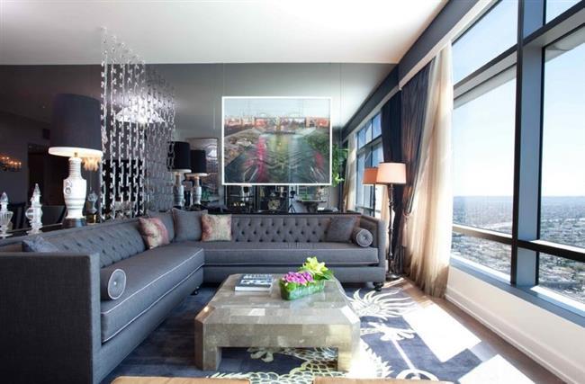 Стильный модульный диван в просторной гостиной особняка.