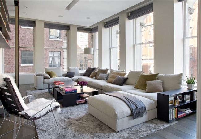 Модульный секционный диван в просторной гостиной.