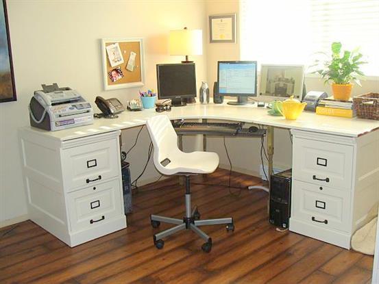 Стильный стол для работы в нейтральных тонах.