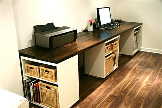 Необычный стол из плетенных корзин и книжных полок.