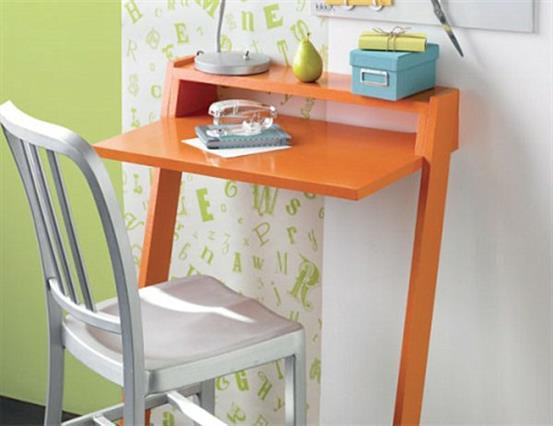 Небольшой столик для работы яркого оранжевого цвета.