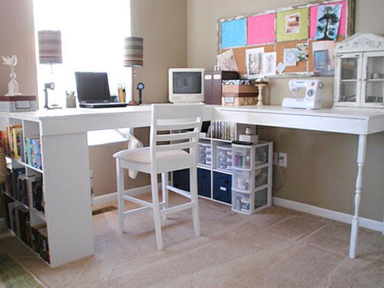 Угловой стол с вместительными полками для книг.