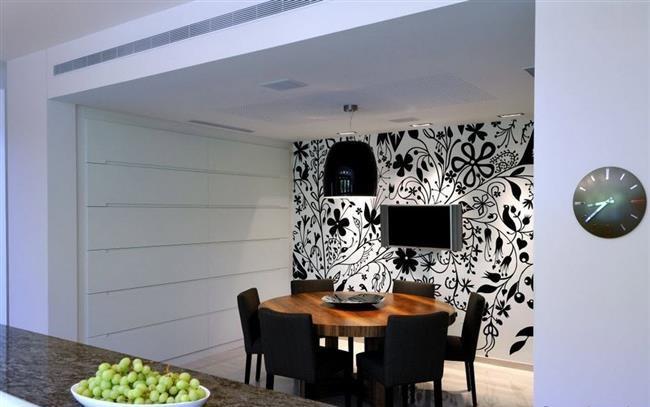Растительные черно-белые узоры в маленькой столовой.