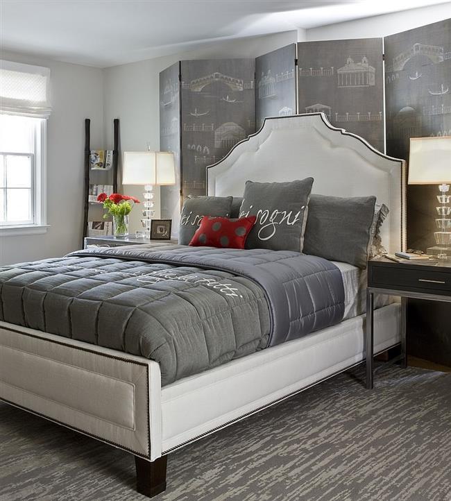 Серая спальня с акцентами красного цвета.