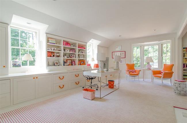 Оранжевая мебель в белом кабинете.