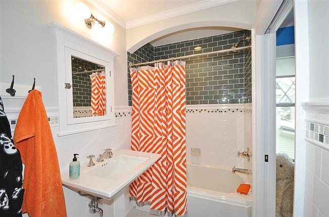 Оранжевый цвет в индустриальной ванной.