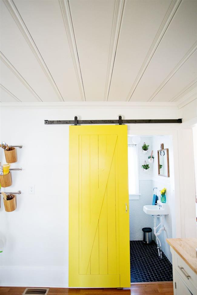 Раздвижная дверь яркого солнечного цвета.