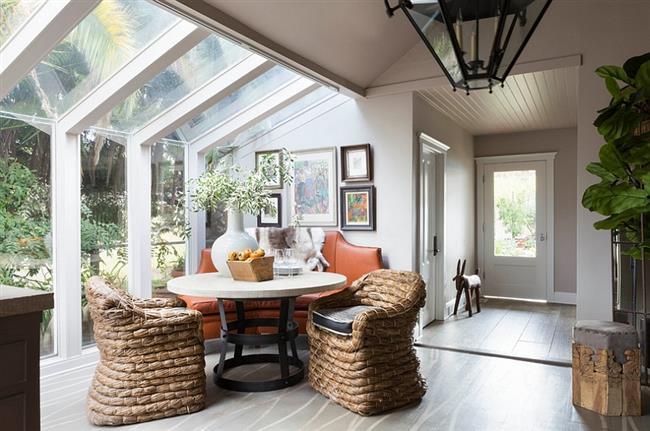 Стильная столовая с просторными мансардными окнами.