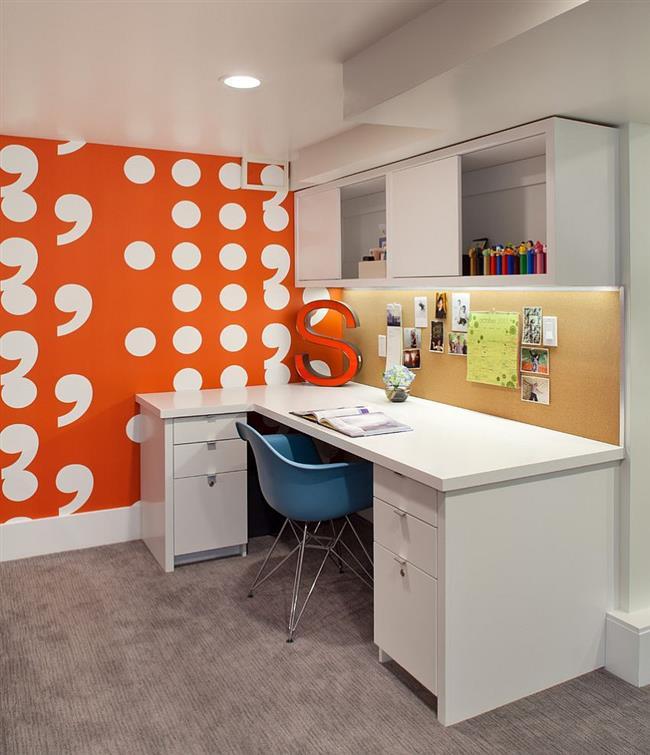 Домашний офис с узорчатой оранжевой стенкой.