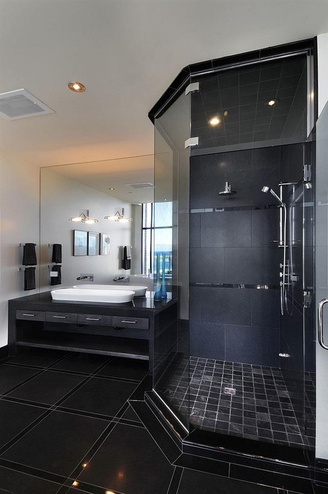 Небольшая ванная в черно-белых тонах.