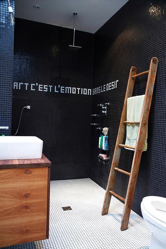 Стильная ванная с черно-белой мозаикой.