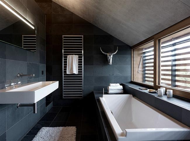 Ванная комната с просторными окнами и зеркалами.