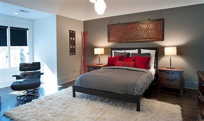 Азиатская комната с красными подушками.