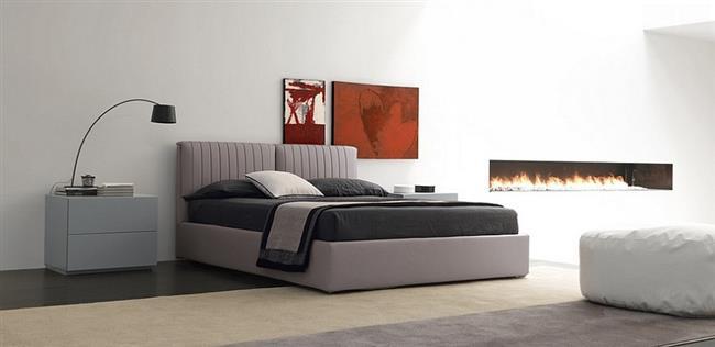 Красные картины в минималистической спальне.