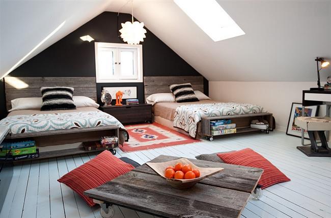 Уютная детская комната на чердаке дома.