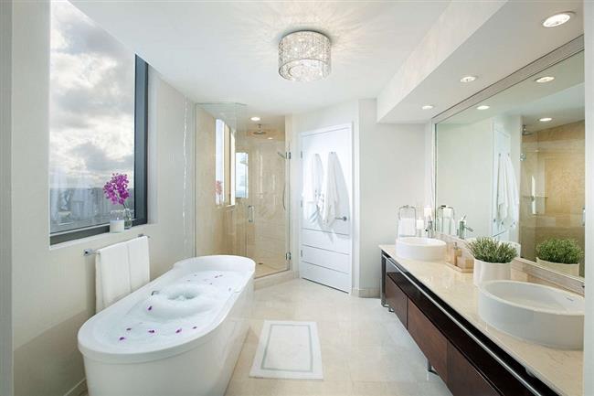 Современная ванная с видом на океан.