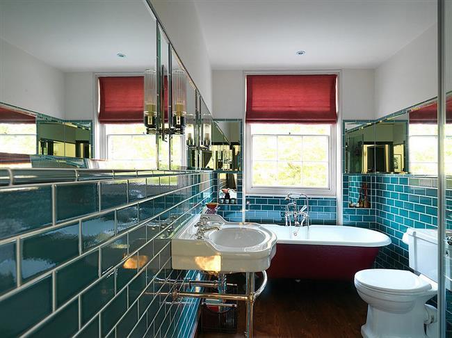 Ванная комната с плиткой цвета морской волны.
