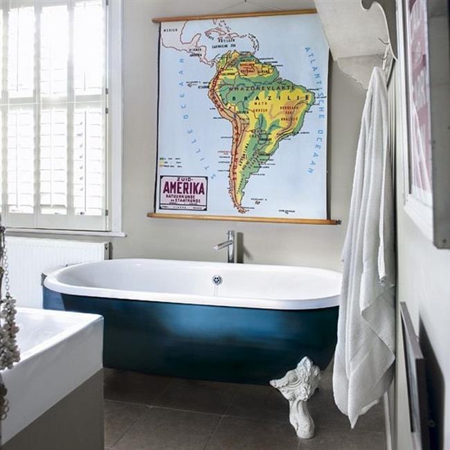 Темно-синяя ванная с «лапами» в интерьере ванной.