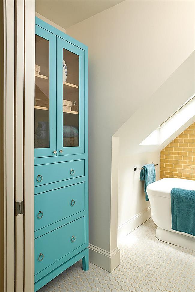 Ванная в средиземноморском стиле с голубыми аксессуарами.