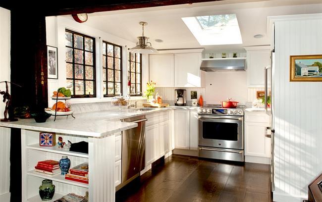 Кухня в деревенском стиле с мансардным окном.