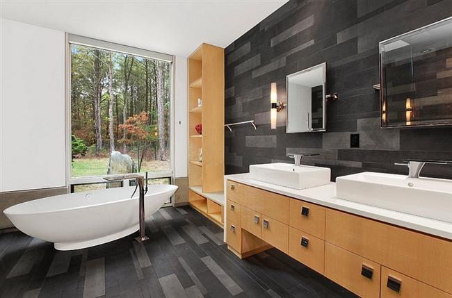 Ванная комната с черно-серой плиткой.