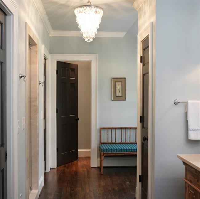 Классические черные двери в интерьере частного дома.