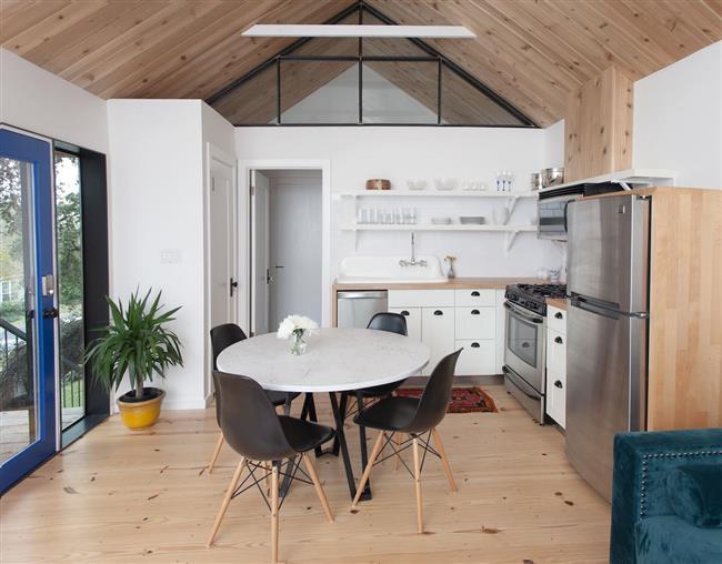 Ярко-синяя стеклянная дверь в кухне-столовой.