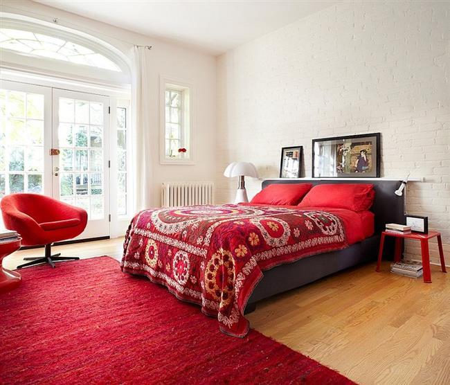 Стильная спальня в деревенском стиле с элементами красного.