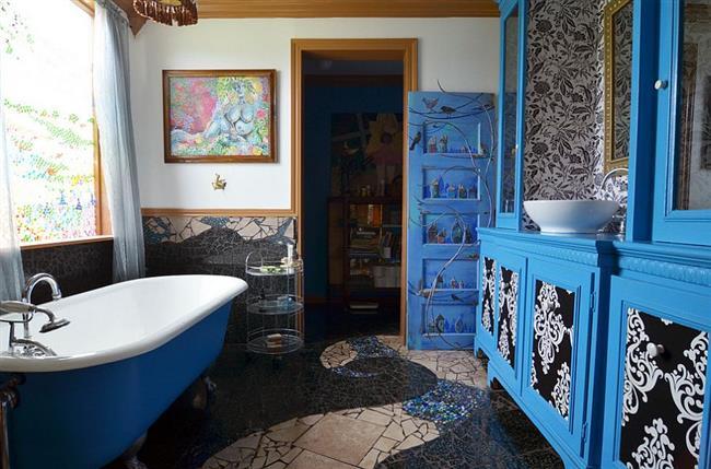 Эклектическая комната с голубой мебелью и ванной.